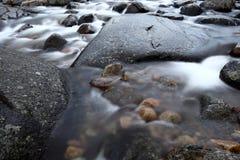 Río de la montaña con las piedras Imagenes de archivo