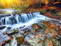 Río de la montaña con los rápidos y las cascadas en el tiempo del otoño Imagenes de archivo