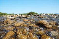 Río de la montaña contra el cielo Fotos de archivo libres de regalías
