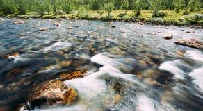 Río de la montaña de la agua fría de la naturaleza de Noruega Imagen de archivo libre de regalías