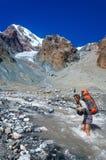 Río de la montaña de la travesía de la chica joven Imagen de archivo