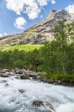 Río de la montaña de la velocidad que fluye el día soleado Fotos de archivo