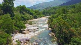 Río de la montaña de la visión aérea con el agua potable y los bancos rocosos
