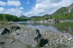 Río de la montaña debajo del cielo azul Fotos de archivo libres de regalías