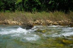 Río de la montaña del flujo en Rocky Shores Landscape Imagenes de archivo