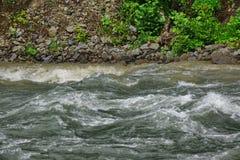 Río de la montaña del flujo en Rocky Shores Landscape Imágenes de archivo libres de regalías
