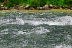 Río de la montaña del flujo en Rocky Shores Landscape Foto de archivo libre de regalías