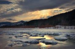 Río de la montaña del invierno en hielo fotografía de archivo
