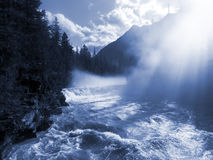 Río de la montaña del rugido con calina de la mañana fotografía de archivo libre de regalías
