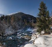 Río de la montaña de Elbrus debajo de la nieve Fotografía de archivo