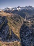 Río de la montaña de Elbrus debajo de la nieve Elbrus, el Cáucaso, Rusia Fotografía de archivo