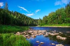 Río de la montaña en el bosque profundo de las montañas de Ural Fotos de archivo libres de regalías