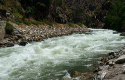 Río de la montaña en el parque nacional de reyes Canyon, CA, los E.E.U.U. Fotografía de archivo