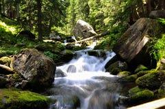 Río de la montaña en el sol Imagenes de archivo