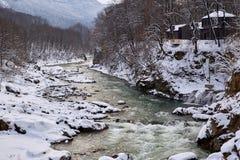 Río de la montaña en invierno fotografía de archivo