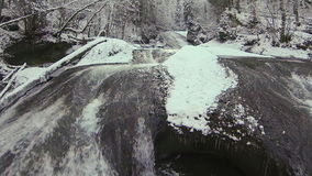 Río de la montaña en invierno almacen de video
