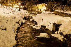 Río de la montaña en Megeve en la noche Foto de archivo