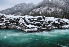 Río de la montaña en nieve del invierno fotografía de archivo
