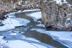 Río de la montaña en paisaje del invierno Fotografía de archivo libre de regalías