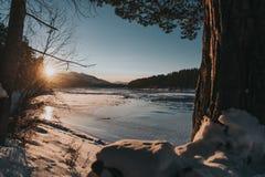 Río de la montaña en la puesta del sol en invierno fotografía de archivo libre de regalías