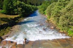Río de la montaña en valle de las dolomías Fotografía de archivo libre de regalías