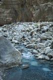 Río de la montaña entre los cantos rodados La cama de río en el barranco imagen de archivo libre de regalías