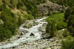 Río de la montaña, garganta de Galuyan, Kirguistán Foto de archivo libre de regalías