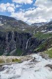 Río de la montaña que cae del borde de la roca Fotos de archivo libres de regalías