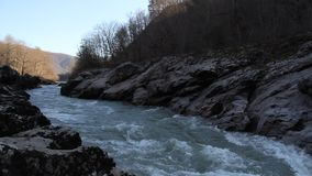 Río de la montaña que corre entre las rocas almacen de video