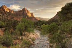 Río de la montaña y de la Virgen de Zion en la puesta del sol Imagen de archivo libre de regalías