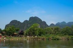 Río de la naturaleza con el cielo azul Fotos de archivo libres de regalías