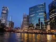 Río de la noche de Chicago foto de archivo