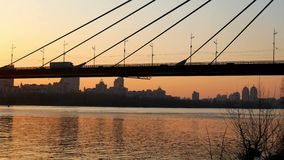 Río de la opinión de la puesta del sol del puente metrajes