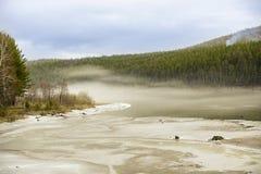Río de la primavera en el hielo y la niebla Imagenes de archivo