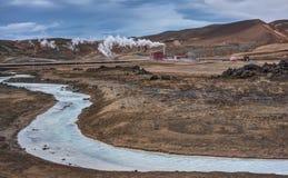 Río de la turquesa y central eléctrica geotérmicos - Islandia Foto de archivo libre de regalías