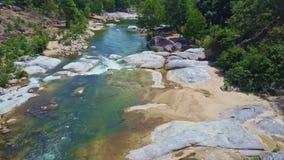 Río de la visión aérea con el agua dulce limpia y los bancos rocosos