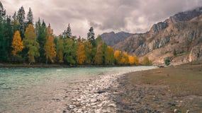 Río de las montañas foto de archivo