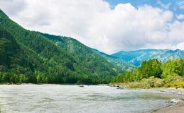 Río de las montañas con la orilla rocosa Imagen de archivo libre de regalías
