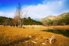 Río de las montañas en otoño Muga, los Pirineos fotografía de archivo libre de regalías