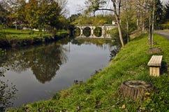 Río de Le Luy de Béarn y el puente viejo de la ciudad de Sault-de-Nava Imagen de archivo libre de regalías