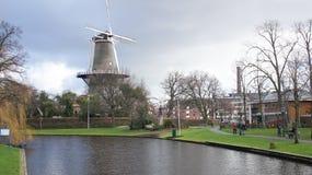 Río de Leiden cerca de un molino de viento Foto de archivo libre de regalías