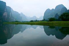 Río de Li Jiang y sus montañas fotos de archivo