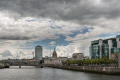 Río de Liffey con aduanas, Dublin Ireland Imagenes de archivo