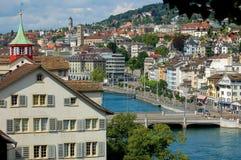 Río de Limmat de Lindenhof - Zurich Foto de archivo libre de regalías