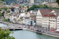 Río de Limmat de Lindenhof - Zurich Fotos de archivo