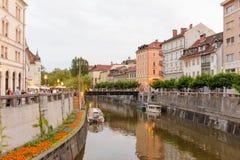 Río de Ljubljanica y pasarela de madera Fotografía de archivo libre de regalías