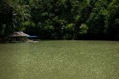 Río de Loboc con una choza visible y un barco Imagenes de archivo