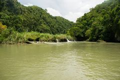 Río de Loboc con una pequeña cascada Fotos de archivo libres de regalías