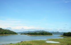Río de madera de la cruz del puente en el parque nacional de Kaeng Krachan, Phetchaburi, Tailandia Imagenes de archivo