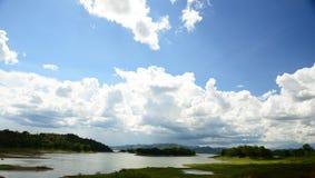 Río de madera de la cruz del puente en el parque nacional de Kaeng Krachan, Phetchaburi, Tailandia Fotos de archivo libres de regalías